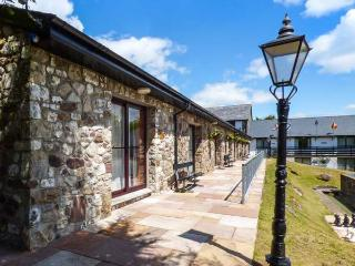 NO 15: PEMBROKESHIRE, ground floor, romantic cottage with WiFi, on-site facilities, stunning scenery, near Pen-y-Cae, Ref. 925419, Pen-y-cae