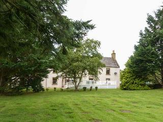 THE FARMHOUSE, detached, large country house, tranquil setting, hot tub, open fires, in Forres, Ref 926057