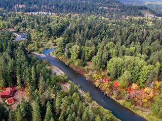 Unique Riverside Escape nestled on 5 acres with 4BR and 3.5BA! FREE Nights!, Cle Elum