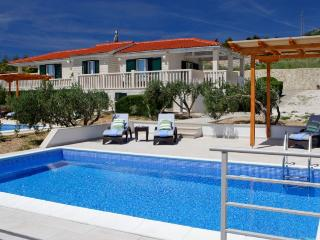 2 villas with the pool for up to 20 people in Bol