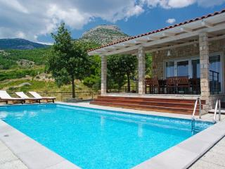 2 villas with the pool for 16 people in Bol