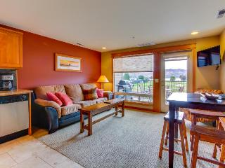 Cozy one-bedroom with balcony and shared pool, Chelan