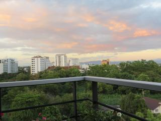Niman Penthouse with airport pickup and scooter!!!, Chiang Mai