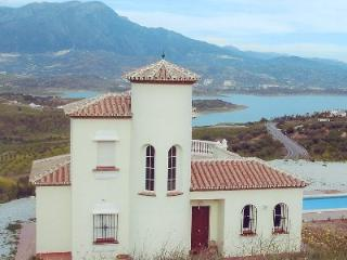 Beautiful Villa with fabulous Lake views, Los Romanes