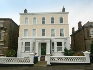 Large Flat, close to beach, allocated parking, Broadstairs
