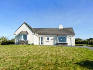SEASCAPES, detached, all ground floor, open fire, enclosed garden, in Cahersiveen, Ref 929629