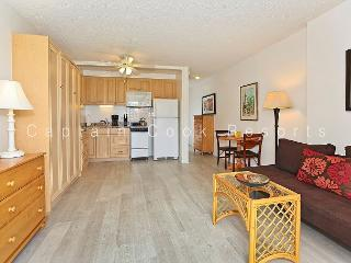 Studio with compact kitchen, A/C, washer/dryer and free parking!, Honolulu