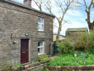 SYCAMORE COTTAGE, pet friendly, character holiday cottage, with a garden in Hawes, Ref 811