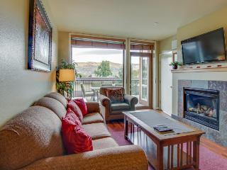 Lake views from private balcony; shared hot tub & pool, Chelan