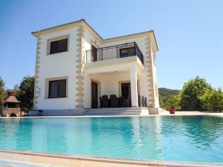 Spacious 4 bed villa, secluded, private pool, wifi, Polis
