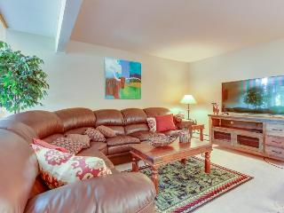 Vibrant townhouse close to ski bus stop w/terrific view!, Vail