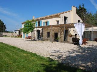 Holiday Rental near Avignon for Family or Friends with Spacious Yard and Private Pool - Villa Victoire, Montfrin