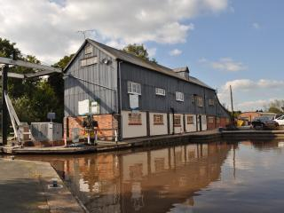 Canalside Apartment in historic mill, Nantwich