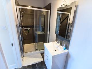Double shower enclosure in studio 4