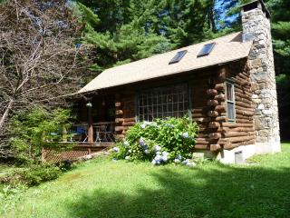 Cozy & Authentic Log Cabin, Colebrook