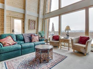 Stunning home with mountain/lake views, room for eight!, Dillon