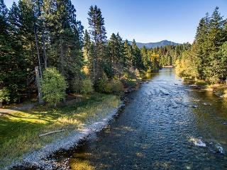 ONE-of-a-KIND Secluded Riverfront Home|Hot Tub, 4BD,Slps12| Fall 3rd Nt FREE!, Cle Elum