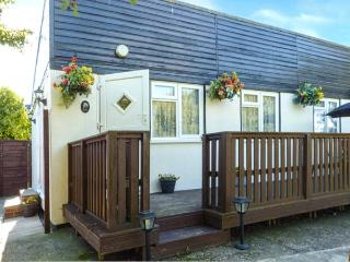 PEACEHAVEN, pet-friendly, enclosed garden, leisure facilities on-site, Earnley, Ref 928388