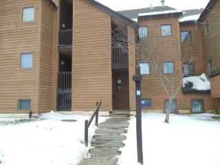 Pico Resort Slopeside Condo H202 - Two bedroom Two bathroom Walk to Lift & Ski Home To Your Back Door! Sports Center on Premises, Killington