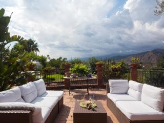 Family-Friendly Villa in Sicily with Pool and Walking Distance to a Village - Villa Teseo, Trappitello