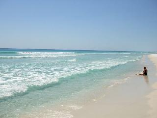 Perfect Location - Two Pools, Saunas, Tennis Courts, One Beach!, Fort Walton Beach