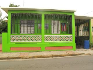 Vieques Good Vibe Green House, walk from ferry, Isabel Segunda