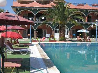 Quiet Studio for 5 with pool & parking 5m to beach, Agios Ioannis