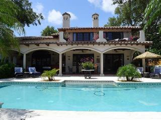 Waterfront Gated Luxury Resort Style Vacation Home | Large Pool | Boat Dock, Fort Lauderdale