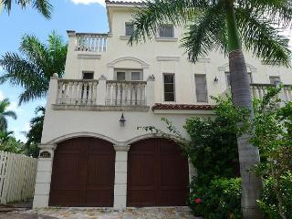 3 Bedroom Waterfront Vacation Home by the Beach | Private Pool | Rooftop Deck, Fort Lauderdale