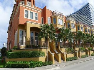Modern Luxury 3 Bedroom Vacation Townhome | Rooftop Deck | Walk to Beach, Fort Lauderdale