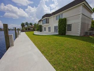5 Bedroom Waterfront Las Olas Vacation Home | Private Pool | Walk to Beach, Fort Lauderdale