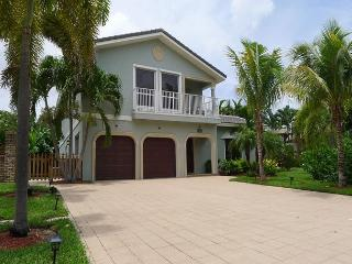 Beautiful 4 Bedroom Luxury Family Vacation Home | Private Beach Access, Pompano Beach