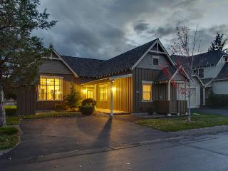 Classic-style townhome w/ private hot tub & resort amenities, Redmond