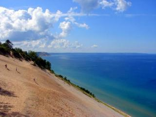 Large home 1 mile from town, view of the bay!, Traverse City