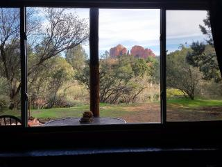 Cabin with Cathedral Rock View; Private and cozy!, Sedona