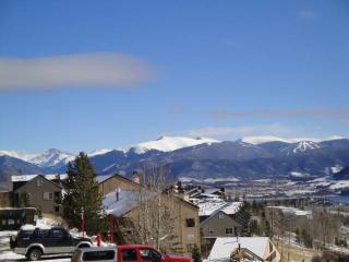 2 BR/2 BA Condo, quaint gathering place, centrally located shopping/skiing/hiking Sleeps 6, Silverthorne