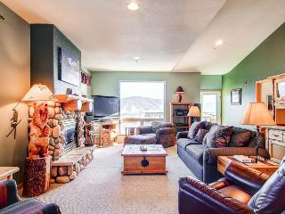 4 BR/3 BA Inviting lodge style townhouse, amazing views,  sleeps 11, Silverthorne