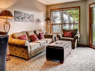 Aspens, prime ski-in, ski-out, 2 bdrm with bright pool view, BBQ & AC, Whistler