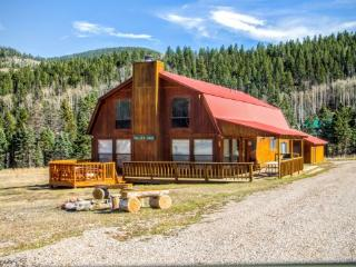 Valley View - Large Upper Valley Lodge, Fire Pits, WiFi, Satellite TV, Washer/Dryer, Red River