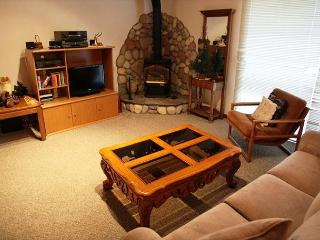 Spacious & comfy 2 bedroom 2 bath walking distance to Canyon Lodge., Mammoth Lakes