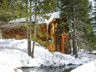 Cozy retreat w/ shared firepit and tranquil creek views, Truckee