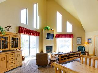 Rustic lodge w/private deck & modern amenities for eight!, McCall