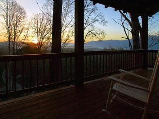Black Bear Crossing - Delightful Rental with Amazing View, Wi-Fi, and Xbox 360 - 3 Minutes from the Great Smoky Mountains Railroad - Main Floor Wheelchair Accessible, Bryson City