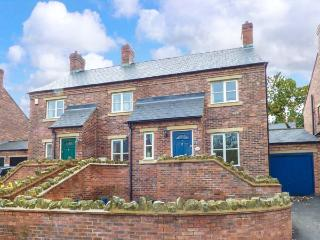 HILL VIEW COTTAGE, cosy cottage with WiFi, patio, conservatory, in Wirksworth Ref 929814