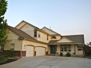 Perfect for families - 8 BR / 5 BA w/pool and yard, Boise