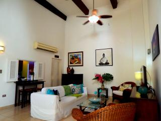 Colonial 2Bd - 2 Level w/ Private Patios!, San Juan