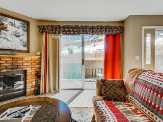 Walk to ski lifts from this charming condo for 8, Big Bear Region