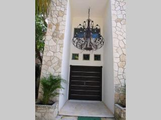 Beautiful 4 bedroom house in a private comunnity, Playa del Carmen