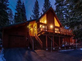 Shared pool, hot tub, and more! Near skiing and golf!, Truckee