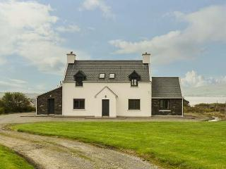 VALENTIA VIEW, woodburner and open fire, private garden, WiFi, detached, Cahersiveen Ref 931199